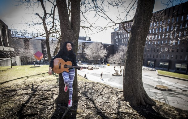 L'étudiante au baccalauréat en économie politique et artiste Kenza Belhadj se réjouit des nouveaux objectifs de la FAÉCUM. (crédit photo : Isabelle Bergeron)