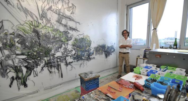 Le peintre et concepteur scénique Pierre Przysiezniak du Regroupement Pied Carré, dans son atelier rue de Gaspé (crédits photo: Félix Blanc)